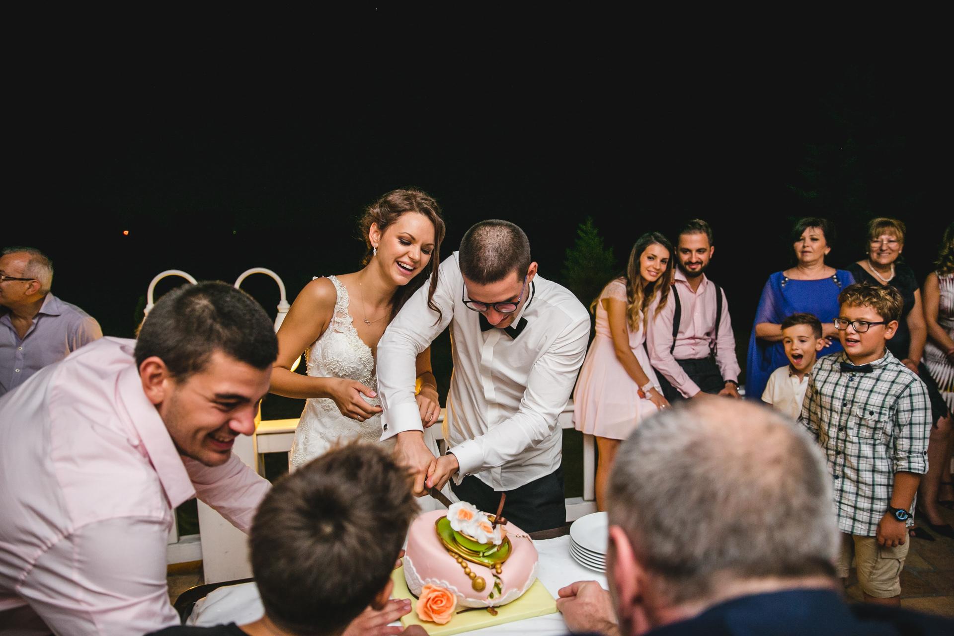 разрязване на сватбена торта