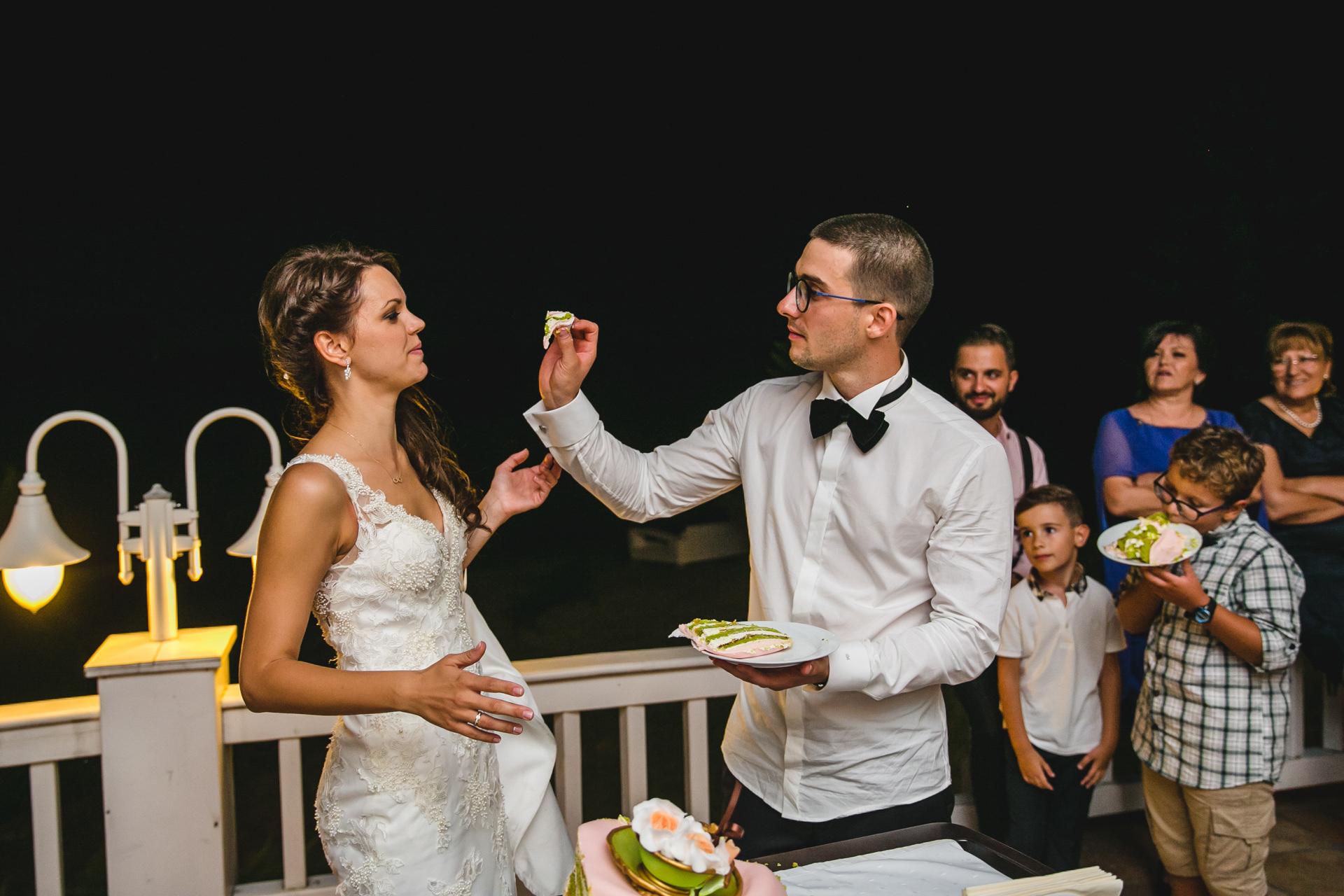 захранване със сватбена торта