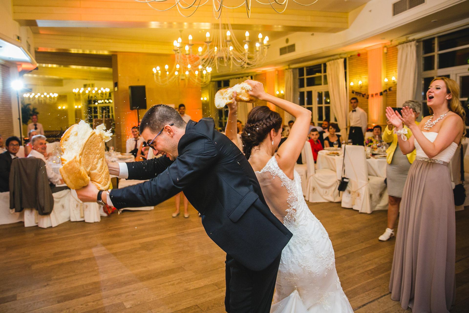 разчупване на сватбена погача