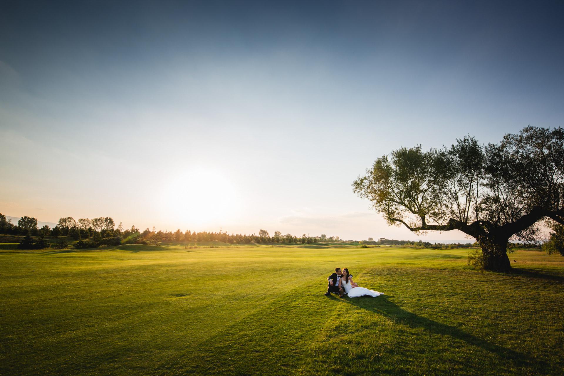 сватбени снимки на голф игрище